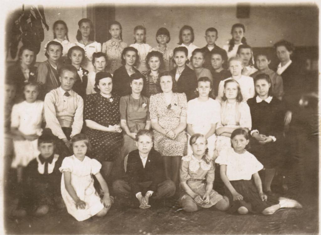 1947 г. В центре - Мазилова Зоя Дмитриевна фото 11